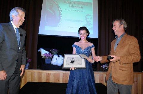 GLAD PRISVINNER: Mezzosopran Lilly Jørstad mottok prisen av professor Kår Bjørkøy (til venstre) og Arne Eggen i Opera di Setra.