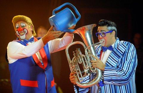 SMIL: Klovneduoen Los Sitos har morsomme overraskelser på lur i Cirkus Arnardo 2019.