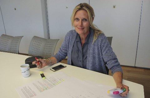 MANGE SØKNADER: Rettens redaktør og daglige leder, Guri Jortveit, har over 50 søknader å gå gjennom når 300.000 kroer skal fordeles.