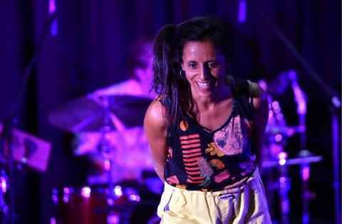 KONTAKT MED PUBLIKUM: Shana Mathai, vokalist i gruppa Mikrokosmos, som lager musikk for barn.