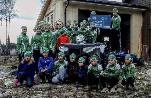 Fin gave: Unge lovende skiløpere samlet rundt den splitter nye Atv'en av typen Polaris 570 Sportsman. Foto: Linus olhans