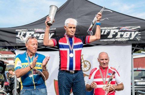 Leder Geir Bjørn Nilsen i Master Norge kunne heve vandrepokalen over hodet etter at Norge vant nasjonskampen under Nordisk Master mesterskap for landeveisritt.