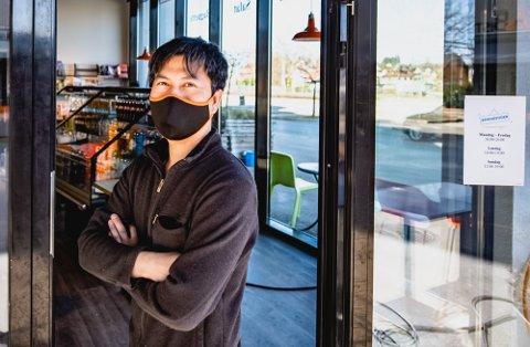 ENDELIG ÅPNING: Tuan Nguyen, daglig leder for NT-kiosken har benyttet koronapausen til å pusse opp. Tirsdag morgen er det nyåpning. Her er han utenfor kiosken mandag ettermiddag.