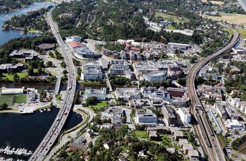 LIVET MELLOM HUSENE: SANDVIKA flyfoto