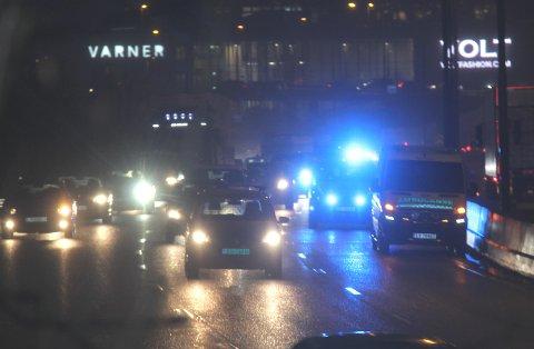 STOPPET: En ambulanse stoppet i venstre felt på E18 utgående ved Ikea. Dette skapte mye ekstra kø.