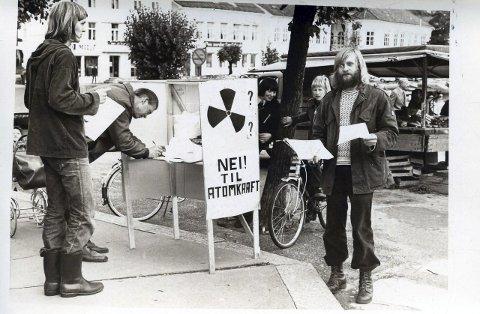 Hans Fredrik Jakobsen og Jørn Heimstad på stand på Torvet for å stanse planene om å anlegge atomkraftverk på Gjernes