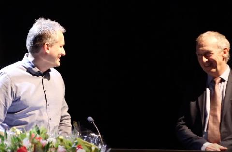 VINNER: Hotelldirektør Sigurd Bruhjell på Grand Hotell kunne på ordførerens nyttårsmottagelse i Spira ta imot byggeskikkprisen av banksjef Jan Kåre Eie. Nå vil juryen ha nye forslag til kandidater.