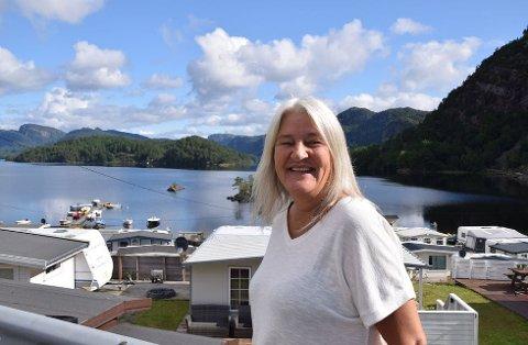 STORT SMIL: Anita Egeli fra Randaberg har feriert på Egenes med familien i nesten 20 år, og synes det er storveis å være ved Seluras bredd. Foto: randaberg24/privat