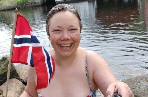 FANGER ØYEBLIKKENE: Constanse Skranefjell har alltid med seg selfiestangen når hun bader, og mange synes det er artig å følge henne.