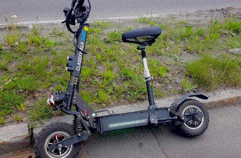 ULOVLIG: Sparkesykkel med sete, fjæringer, større hjul. Politiet stanset føreren og anmeldte ham.