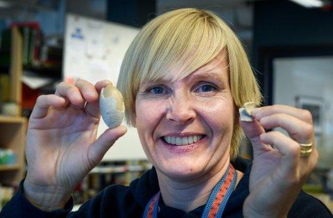 - Det er litt morsomt, sier Kristin Meitz Bru ved Helgeland museum om funnet. Etter å ha snakket med veterinærer og geolog, er hun ikke nærmere et svar på hva den merkelige gjenstanden er.