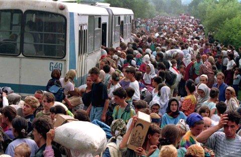 Her ser du tusenvis av bosniere på flukt i 1995.