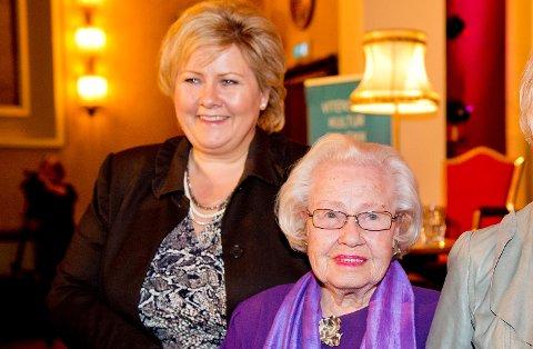 Erna Solberg sammen med mor Inger-Wenche Solberg.