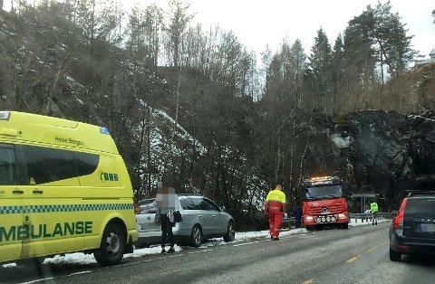 En mor og en baby ble kjørt til legevakt i ambulanse etter uhellet.