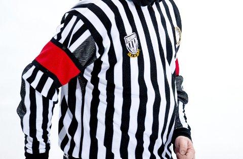 Norges Ishockeyforbund sliter med å beholde de yngste dommerne. I februar skal en dommer ha blitt truet i Bergenshallen.