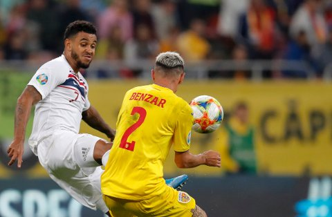 Joshua King og Norge kommer garantert til å få bedre arbeidsbetingelser i kveldens landskamp hjemme mot Færøyene enn de gjorde mot Romania tidligere i høst.