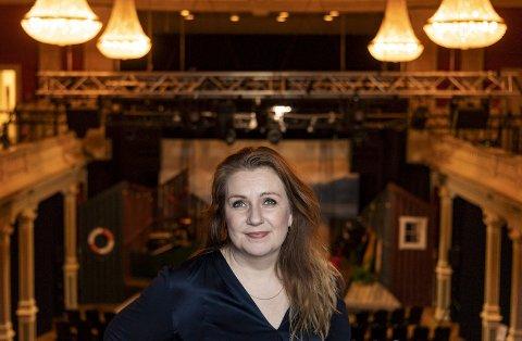 Solrun Toft Iversen bruker mye tid på jobb på Det Vestnorske Teateret, som hun kaller hjertebarnet sitt. – Det er en setning ungene har blitt litt for vant til å høre; «akkurat nå er mamma litt travel...», sier teatersjefen. Foto: Emil Weatherhead Breisten