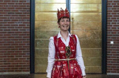 Kaffe-kjole designet og sydd av Kjerstin Wiken. Kjolen består av 58 kaffeposer, mens kronen er laget av ytterligere seks poser.