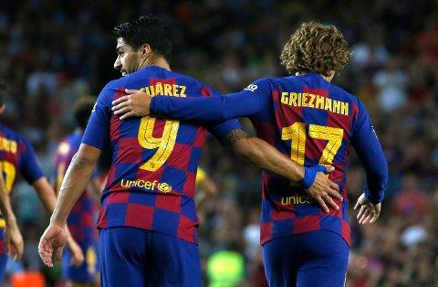 Superstjernene Antoine Griezmann og Luis Suarez må klare seg uten hjelp av Lionel Messi i kveldens seriepremiere mot Athletic Bilbao. Foto: Joan Monfort (AP)