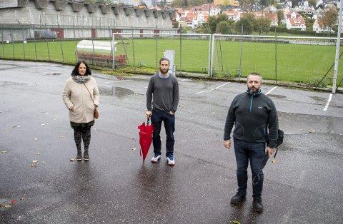 Yvonne Svanevik, Eirik Haaland og Rikard Strand er tre av beboerne på Nymark som er kritiske til Brann og                   Fyllingen sine byggeplaner. – Jeg synes vi gir vekk for mye til eliteidretten, og får for lite igjen, sier Haaland.