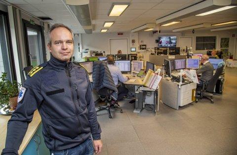 Leder for Akuttmedisinsk avdeling, Øyvind Østerås, forklarer at det er to operatører som lytter til en nødsamtale, slik at den ene raskt kan sende ut ambulanse.