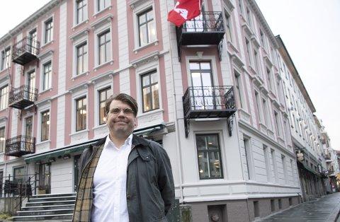 KLAR: Sjefredaktør Sigvald Sveinbjørnsson er klar til fredagens kåring av Årets Bergenser. Det skjer i puben i det nye BA-huset. – Følg oss på BA.no fra kl. 16 til 21, oppfordrer Sveinbjørnsson.FOTO: ARNE RISTESUND