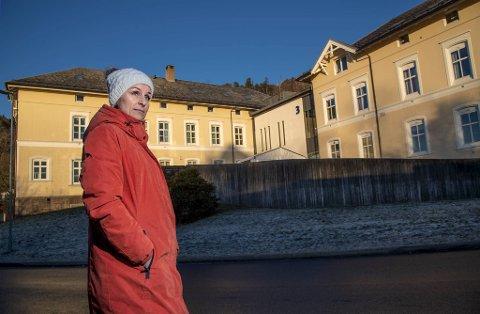 Kalina Hodneland (38) har gått med sterke magesmerter i 17 år. Like etter at hun ble tvangsinnlagt på Sandviken for hypokondri, fant legene betennelser og sår i tarmene, innkapslede stifter og sammenvokst vev.