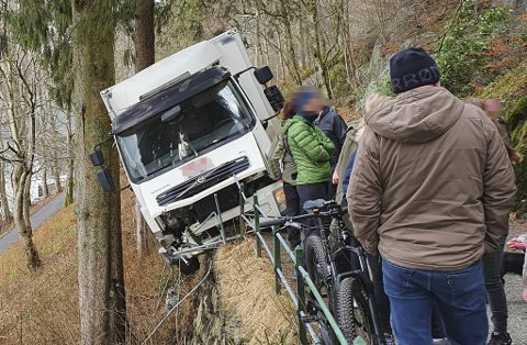 Den ville ferden endte til slutt i et gjerde i Fjellveien. Sjåføren hoppet over gjerdet, og forsvant ned skråningen. Mannen er fortsatt på frifot