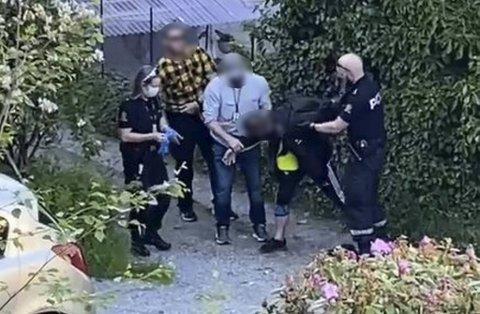 Fire politibetjenter pågrep mannen i bakgården mandag kveld.