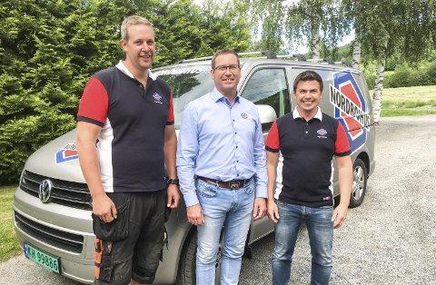 BLIR ETT: Anders Røste (t.v.) og Brede Grøterud i AB Bygg Modum har samarbeidet med Nordbohus i en årrekke. Nå slår de seg sammen. Jan Henning Kleiv (midten) vil fortsatt være daglig leder.FOTO: Privat