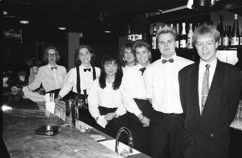 TYPISK TIDLIG 90-TALL: Noen av de ansatte på Dirty Dancing samlet bak baren - klar til å betjene alle de 500 gjestene som var på det populære diskoteket hver lørdag. Flere av dem kommer sikkert på personalfesten på reunionpartyet lørdag 19. august.                 FOTO: PRIVAT