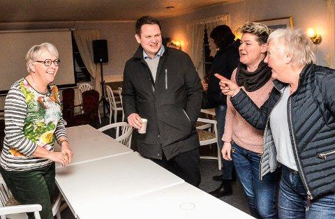 IDEMYLDRING: Det skortet ikke på gode innspill tirsdag, og her utveksler Lise Haviken, (f.v.) Andreas Viljugrein, Stine Velven Hagen og Berit Gravermoen  gode ideer til hvordan de skal kunne trekke flere kunder til Modum.