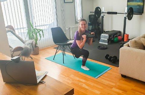 INSTRUKTØR: Fra sitt eget stuegulv er Anna Mårtensson treningsinstruktør foran dataen. Slik når hun blant annet ut til ansatte i Aker Solutions.