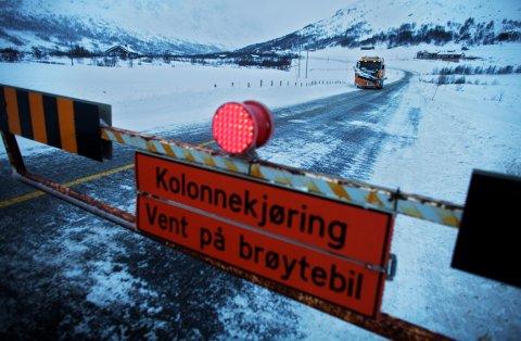 KOLONNEKJØRING: Det blir mye vind, vær og snø i fjellet mot slutten av påsken. Bilister må regne med stengte veier og kolonnekjøring.