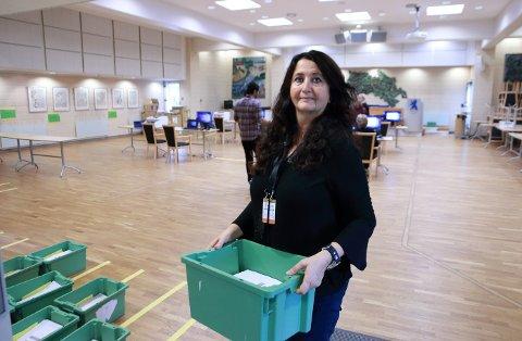 VALGANSVARLIG: Mona Bjørsrud og hennes mannskap er i gang med kontrolltellingen av 153.636 stemmesedler.