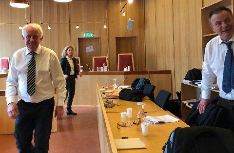 AVGJØRELSEN HAR FALT: Advokat Svein Duesund (t.h.) smiler fornøyd kort tid etter at frifinnelsen var et faktum. Aktorene Hans Lyder Haare og Anne Christine Stoltz Wennersten tar avgjørelsen til etterretning.