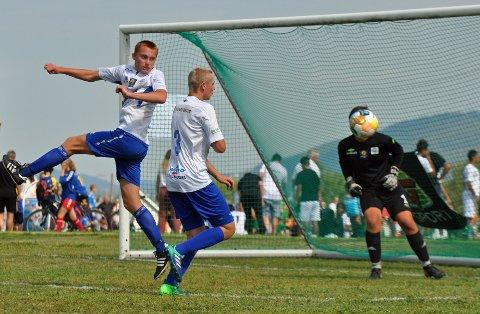 RYDDET OPP: Stopper Ola Røed Fredheim (i midten) og keeper Kristian Varlo rydder opp for Eiker/Kvikk mot  JK Tabasalu fra Estland.