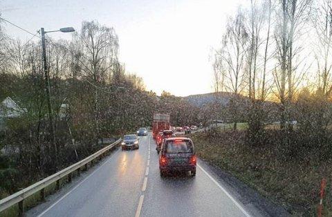 Tirsdag ettermiddag er det lengre kø i Spikkestadbakkene som følge av et vogntog blokkerer veien.