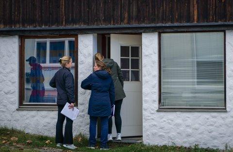 AVHØR: Politiet gikk torsdag ettermiddag fra dør til dør i nabolaget til Espen Andersen Bråthen.