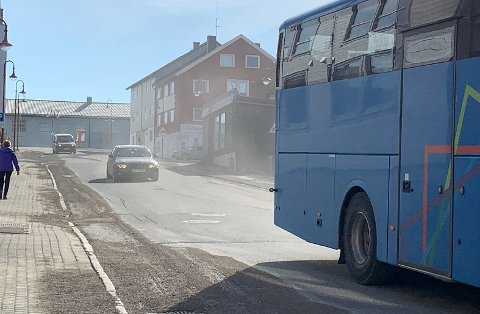 Støvet virvler når biler og busser kjører på det.