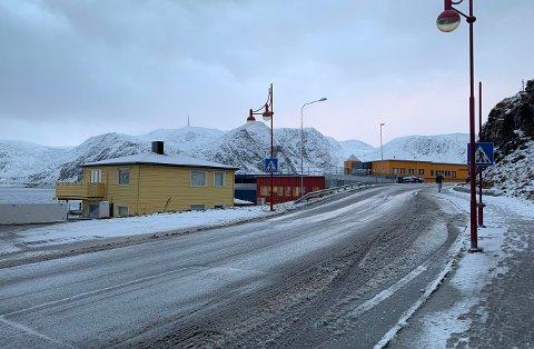 SNØSMELTING: Nordkappgata i Honningsvåg mandag tidlig formiddag.