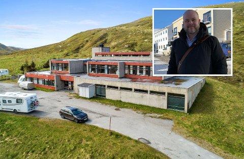 SOLGT: Etter nesten et år har Fred Johansen i Eiendomsmegler1 solgt Skarsvåg skole.