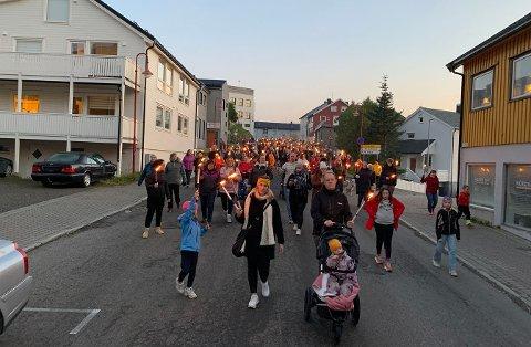 ET VARMERE SAMFUNN: Starten på noe bedre?: Engasjementet var stort og flere hundre store og små innbyggere deltok i tirsdagens fakkeltog.