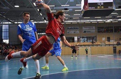 MÅLRETTA: Runar Helland Åmot (23) satsa på handball same året som Florø la ned herrelaget. Det seier litt om kor målretta han var.