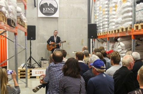 Odd-Erik Lothe er bror til Espen på Kinn Bryggeri. I mai 2015 var det konsert på Kinn Bryggeri, laurdag inntek han Vesle Kinn.