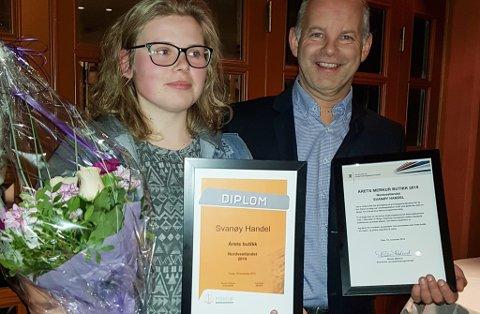 Lisa Myklebust frå Svanøy Handel fekk prisen for årets nærbutikk på Nordvestlandet, her saman med avd.leiar Steinar Fredheim frå Merkur.