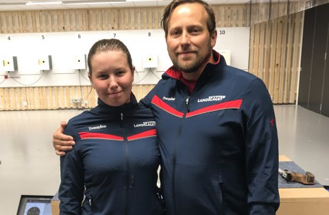 Far og dotter Kjell Jomar og Elena E. Heltne deltok i landskamp mellom Sverige og Norge i pistolskyting i Haugesund førre helg. Kjell Jomar kom heim med ein 3. plass i øvinga luft mix, og Elena har ei god veke å trene på før ho skal til EM i Italia.
