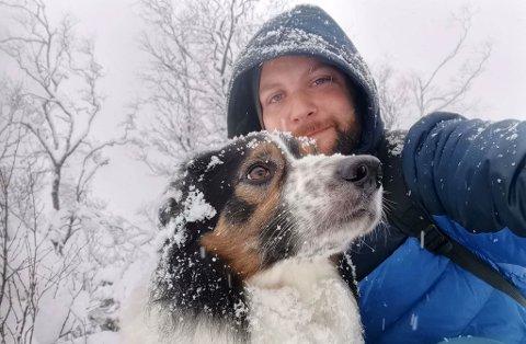 TURKAMERAT: Kurt-Inge Furevik og hunden Felix trivast godt ute i naturen.