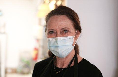 KORONATILTAK: Grethe Kroppan med eit smil bak maska. Med 35 års erfaring frå kafedrift på flyplassen i Florø, veit ho at det meste brukar å gå seg til.