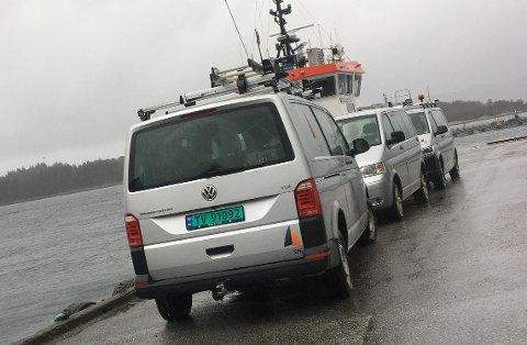 I ØYANE: Her på Amtskaia i Florø stod SFE bilane medan mannskap frå SFE var på Askrova for å utbetre feilen.